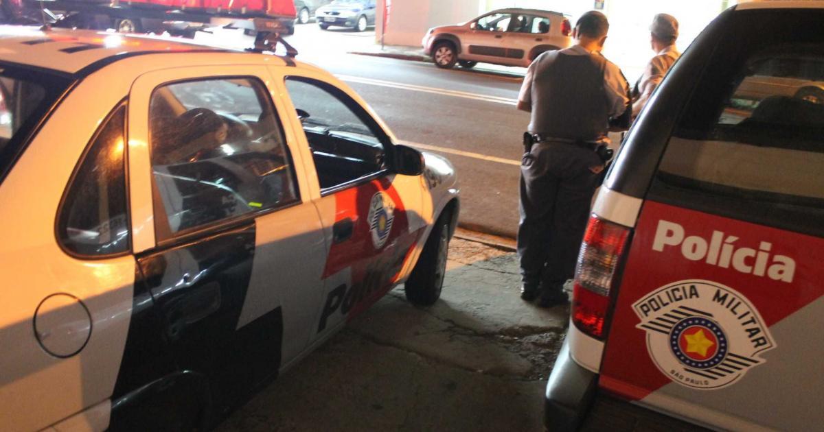 Homem é detido após jogar mesa de vidro na mãe e agredir policiais em SP