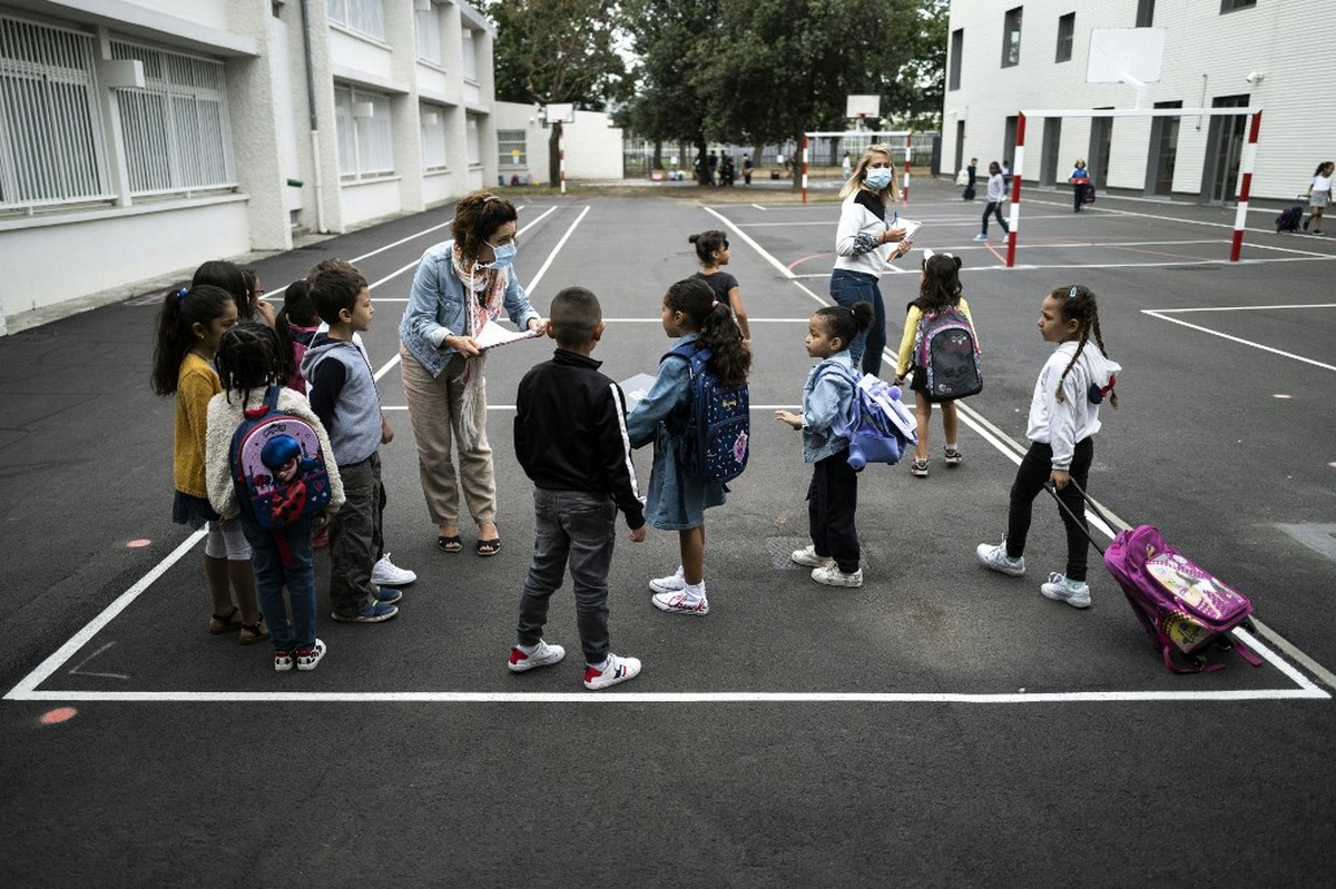 Após 3 semanas de reabertura, número de escolas fechadas por Covid-19 avança na França
