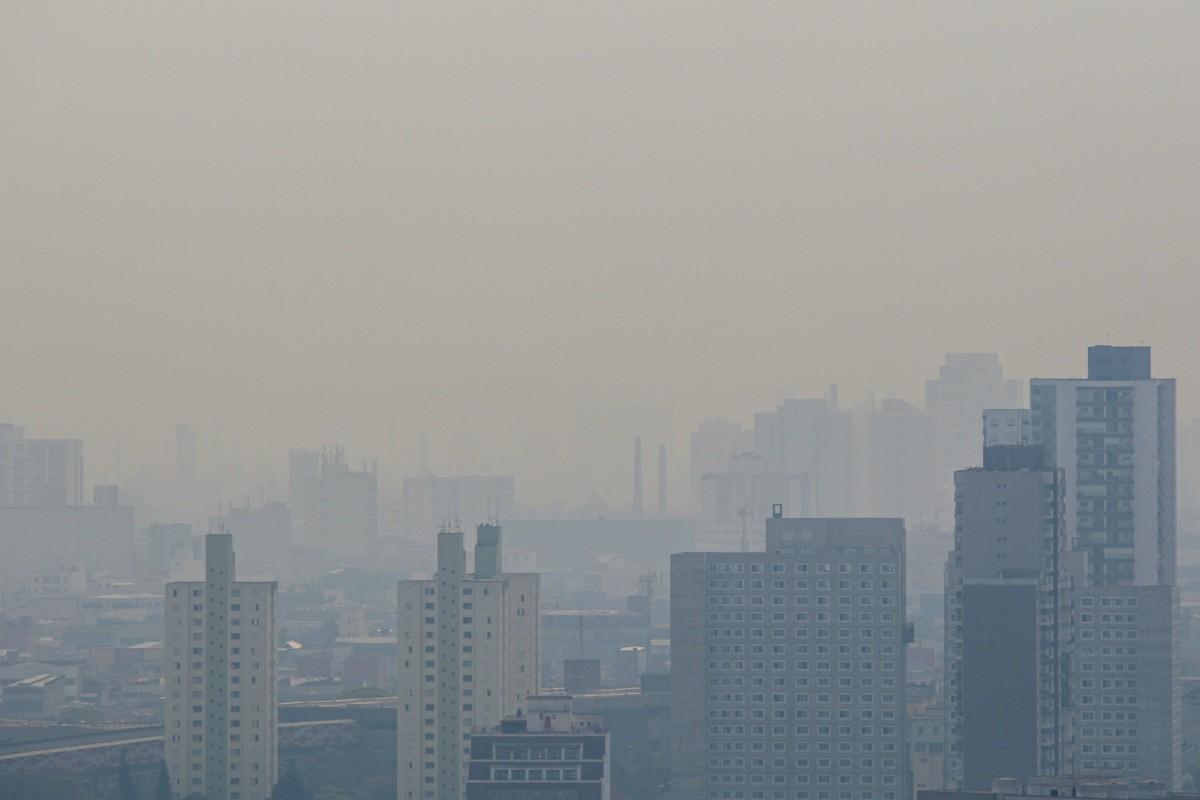 Céu da cidade de SP é afetado por fumaça de incêndios neste sábado; qualidade do ar cai e pode haver chuva escura