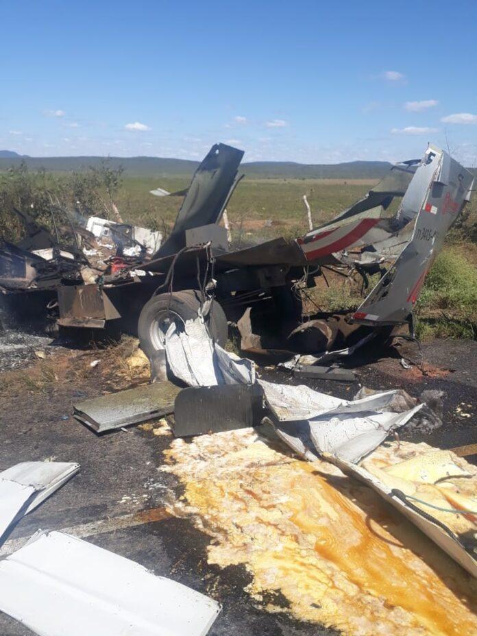 Carro-forte fica destruído após ser explodido por homens armados na BR-110, no norte da Bahia