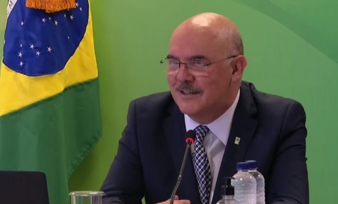 Ministro da Educação diz que gays vêm de 'famílias desajustadas' e que acesso à internet não é responsabilidade do MEC