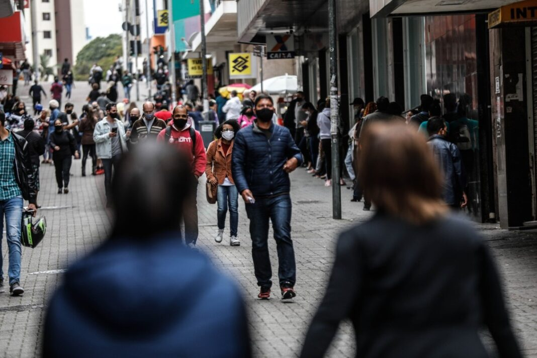 Após bater recorde, desemprego diante da pandemia tem ligeira queda, aponta IBGE