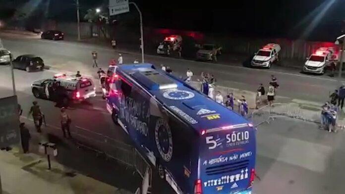 Com forte escolta, Cruzeiro deixa o Mineirão sob protestos