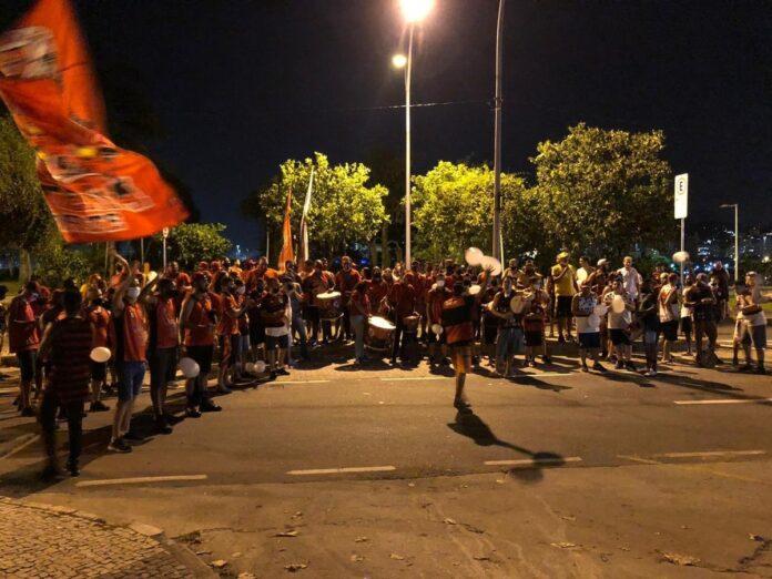 Torcida do Flamengo faz festa na chegada do clube ao Rio após o empate com o Palmeiras
